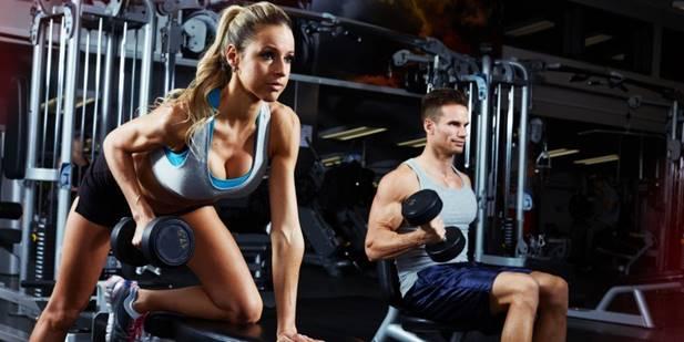 La ragazza e il ragazzo in palestra eseguono esercizi